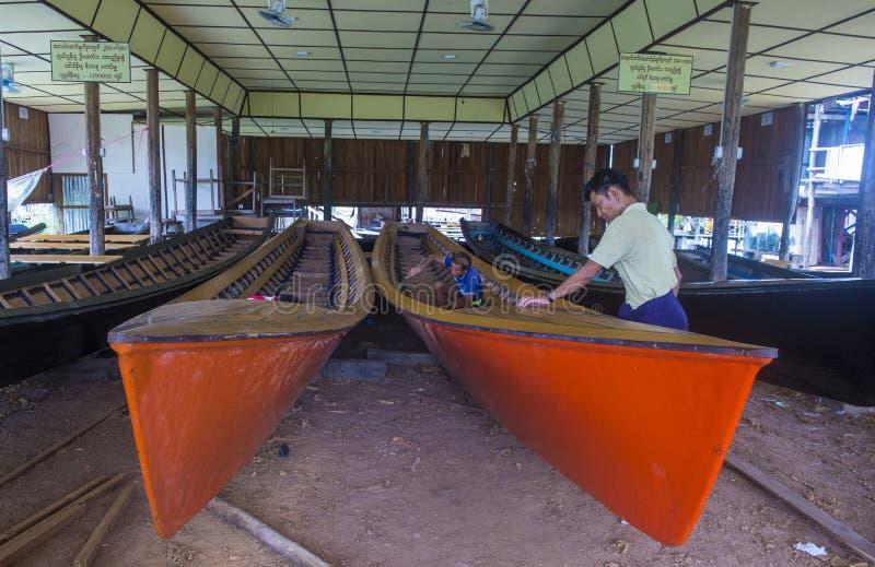 Birmański mężczyzna buduje łódź zdjęcia royalty free
