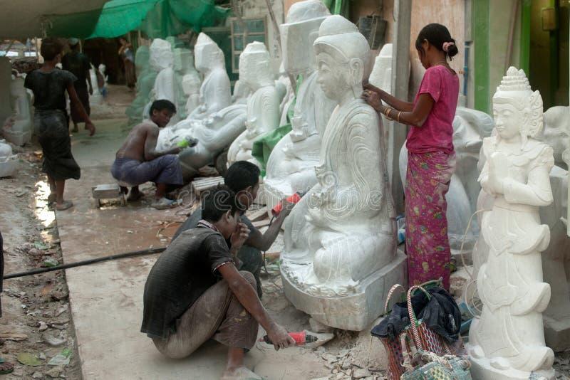 Birmański mężczyzna cyzelowanie i kobiety ampuły polerowniczy marmur Buddha zdjęcie stock