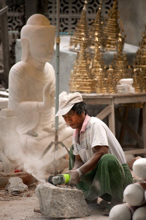 Birmański mężczyzna rzeźbi wielką marmurową Buddha statuę obraz stock