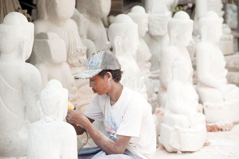Birmański mężczyzna rzeźbi wielką marmurową Buddha statuę zdjęcie stock