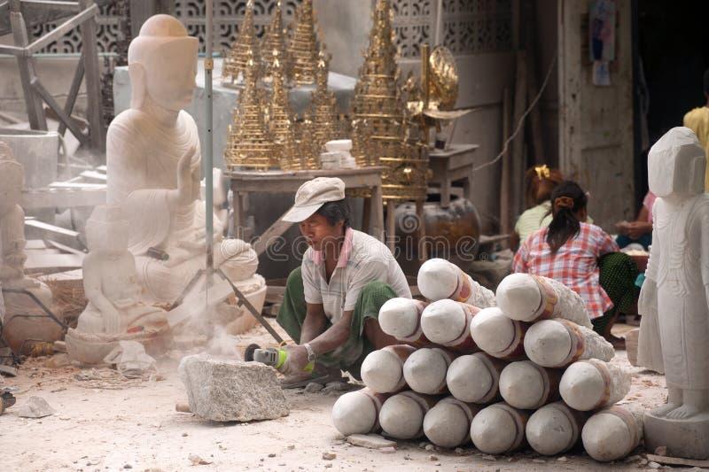 Birmański mężczyzna rzeźbi wielką marmurową Buddha statuę zdjęcia stock