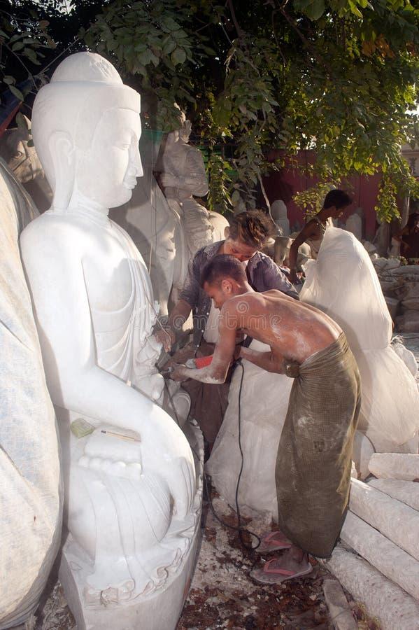 Birmański mężczyzna rzeźbi wielką marmurową Buddha statuę fotografia stock