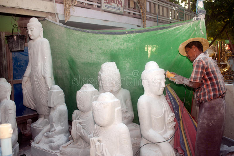 Birmański mężczyzna rzeźbi wielką marmurową Buddha statuę obrazy royalty free