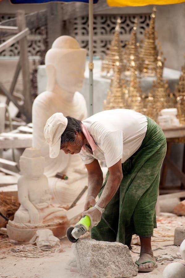 Birmański mężczyzna rzeźbi wielką marmurową Buddha statuę obraz royalty free
