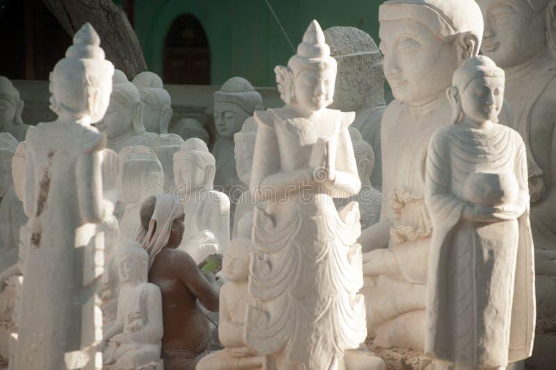 Birmański mężczyzna rzeźbi wielką marmurową Buddha statuę fotografia royalty free