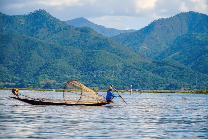 Birmański rybak Pozuje przy Inle jeziorem, Myanmar Birma obrazy royalty free