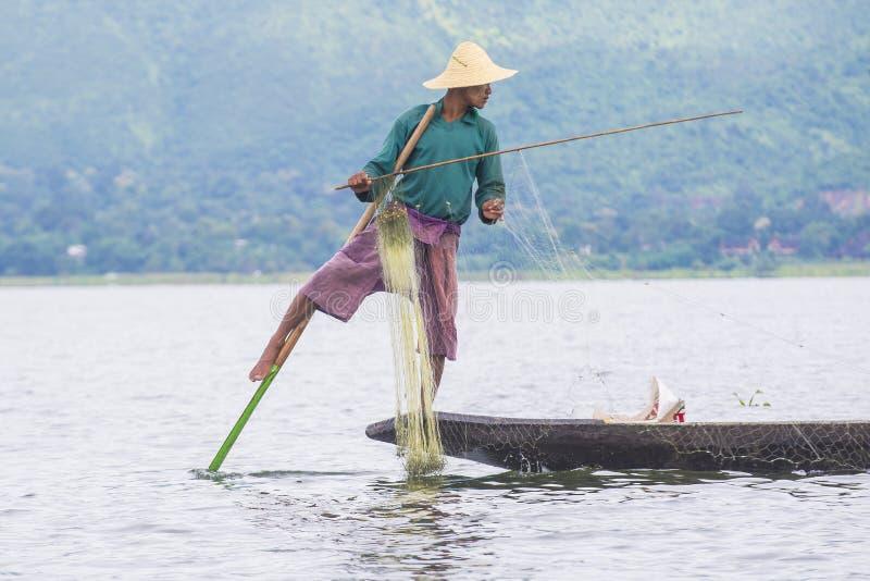 Birmański rybak przy inle jeziorem zdjęcia stock