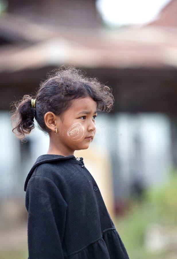 Birmańskie dziewczyn pozy dla fotografii podczas ich przerwa czasu w szkole obraz stock