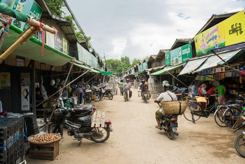 Birma?czyka Nyaung-U rynek z kramami sprzedaje r??ne rzeczy, blisko Bagan, Myanmar fotografia stock