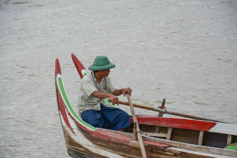 Birmaanse boatman bij de brug van U Bein, de Mensenmeer van Taung Tha in Amarapura, Mandalay, Myanmar stock foto's