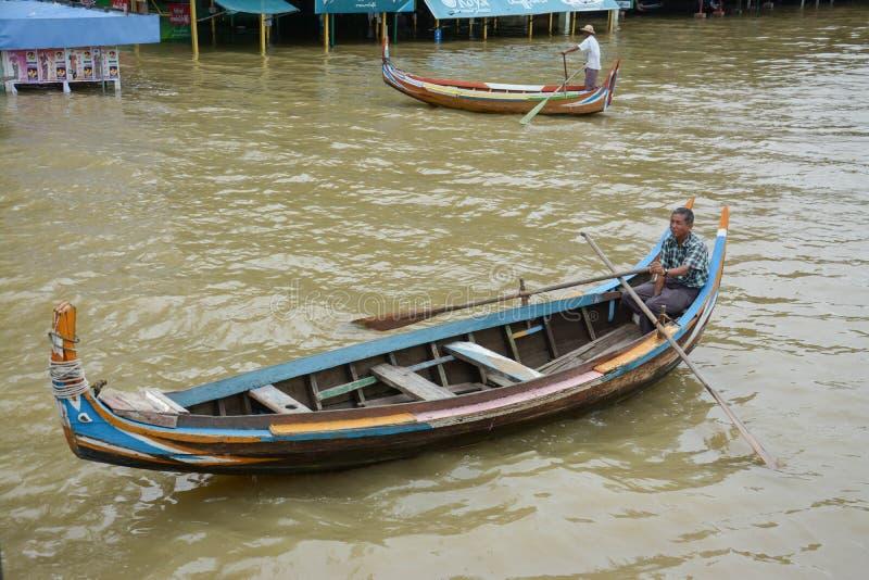 Birmaanse boatman bij de brug van U Bein, de Mensenmeer van Taung Tha in Amarapura, Mandalay, Myanmar stock afbeelding