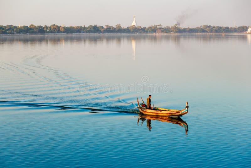 Birmaanse boatman bij de brug van U Bein, de Mensenmeer van Taung Tha in Amarapura, Mandalay, Myanmar royalty-vrije stock afbeelding