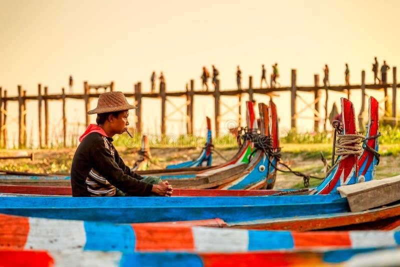 Birmaanse boatman die op passagier bij de brug van U Bein, de Mensenmeer van Taung Tha in Amarapura, Mandalay, Myanmar wachten royalty-vrije stock fotografie