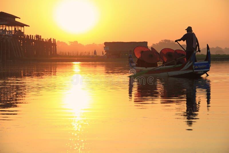 Birmaanse boatman en boeddhistische beginnerzitting in boot royalty-vrije stock afbeelding