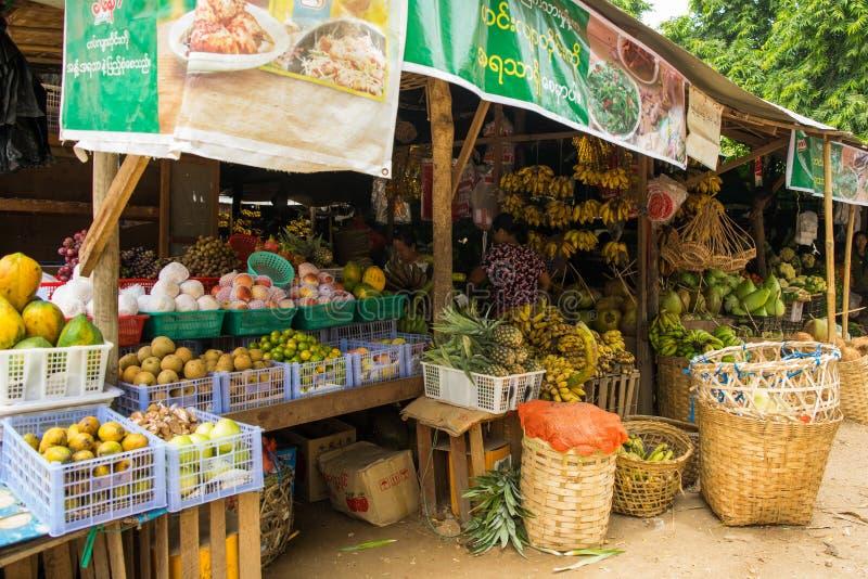 Birmaanse markt nyaung-U, met boxen die verschillende punten verkopen, dichtbij Bagan, Myanmar royalty-vrije stock fotografie