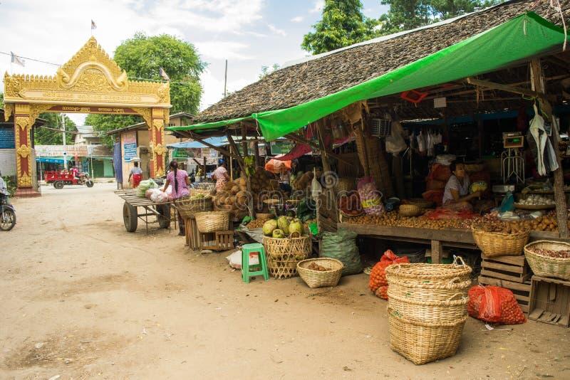 Birmaanse markt nyaung-U, met boxen die verschillende punten verkopen, dichtbij Bagan, Myanmar royalty-vrije stock foto's