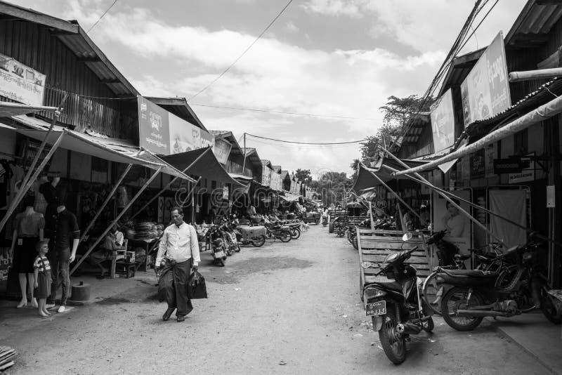 Birmaanse markt nyaung-U, met boxen die verschillende punten verkopen, dichtbij Bagan, Myanmar stock fotografie