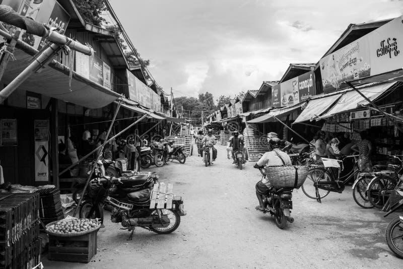 Birmaanse markt nyaung-U, met boxen die verschillende punten verkopen, dichtbij Bagan, Myanmar stock foto's