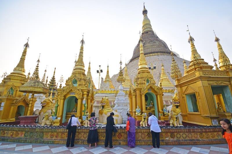 Birmaanse vrouwelijke liefhebbers die van diverse gangen van het leven in Shwedagon-Pagode bidden royalty-vrije stock foto