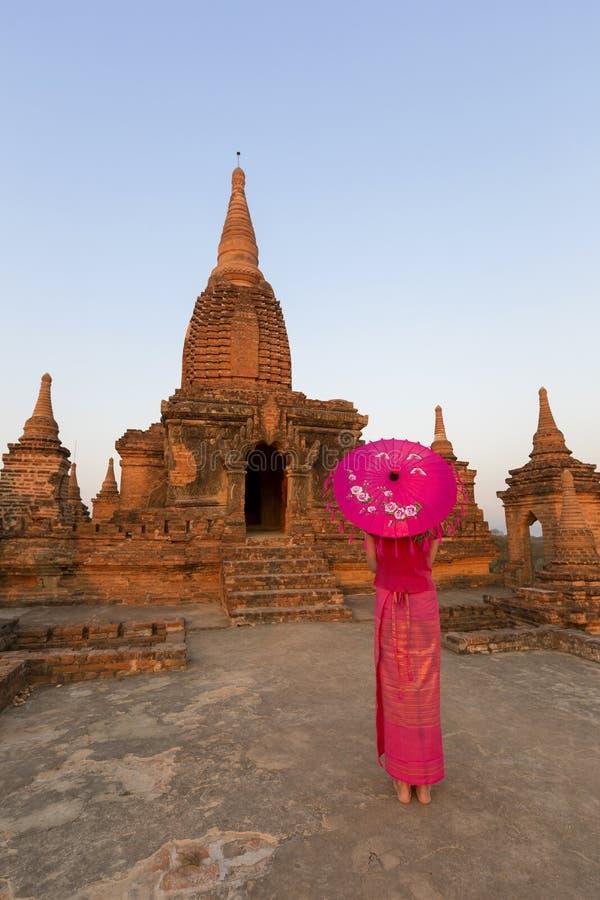 Birmanês bonito senhora vestida em Bagan imagem de stock