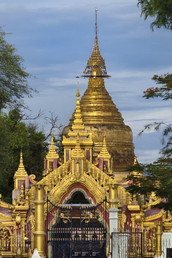 Birmane Kuthodaw goldenes Stupa stockbilder