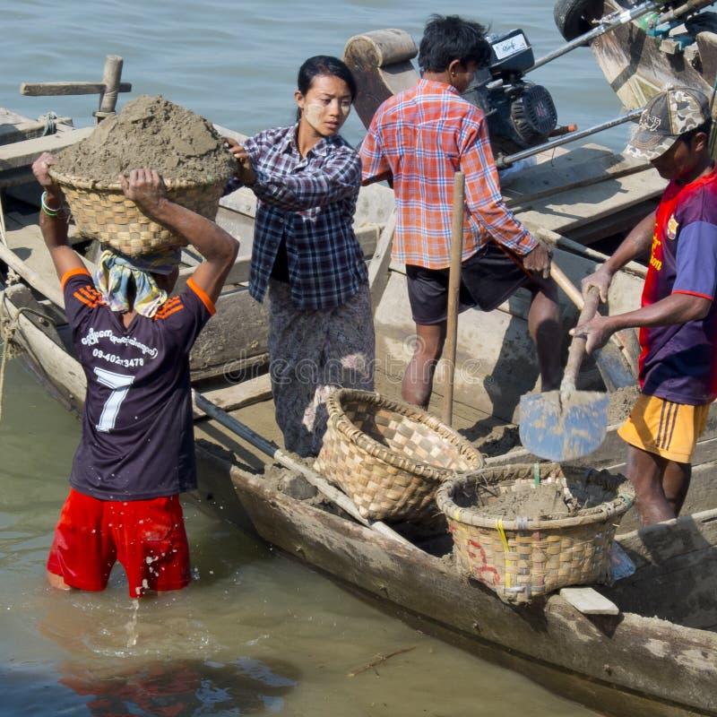 Birmanische Arbeitskräfte, die Sand tragen lizenzfreie stockfotografie