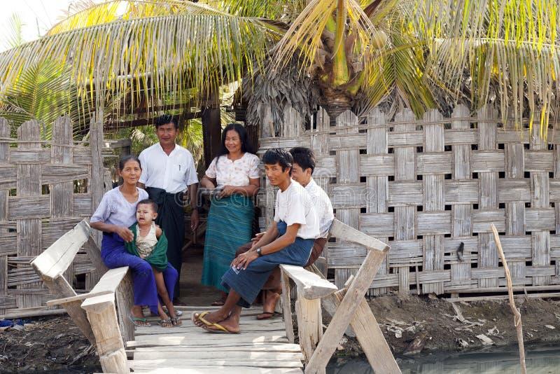 Birmanische Familie stockbild