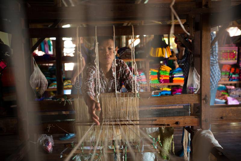 Birmanische Frau arbeitet mit Lotoswurzelthread auf einem Webstuhl lizenzfreie stockfotos