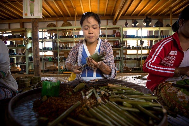 Birmanische Frau arbeitet, Stumpenzigarren im Shop auf Inle See machend stockfotos