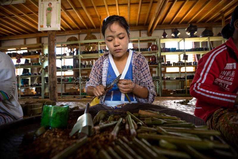 Birmanische Frau arbeitet, Stumpenzigarren im Shop auf Inle See machend stockfoto