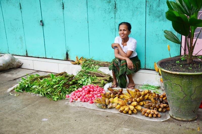 Birmanische Frau, die Obst und Gemüse am Ochsen-Markt verkauft lizenzfreie stockbilder