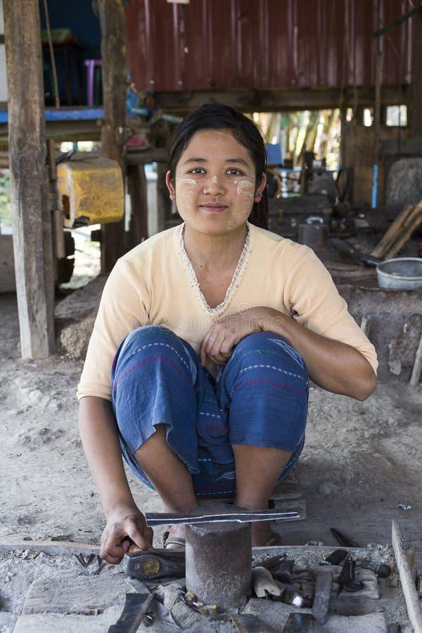 Birmanische Frau, die traditionelles Tanaka-Make-up mit ihren Werkzeugen herstellen Metallmesser trägt stockfotografie