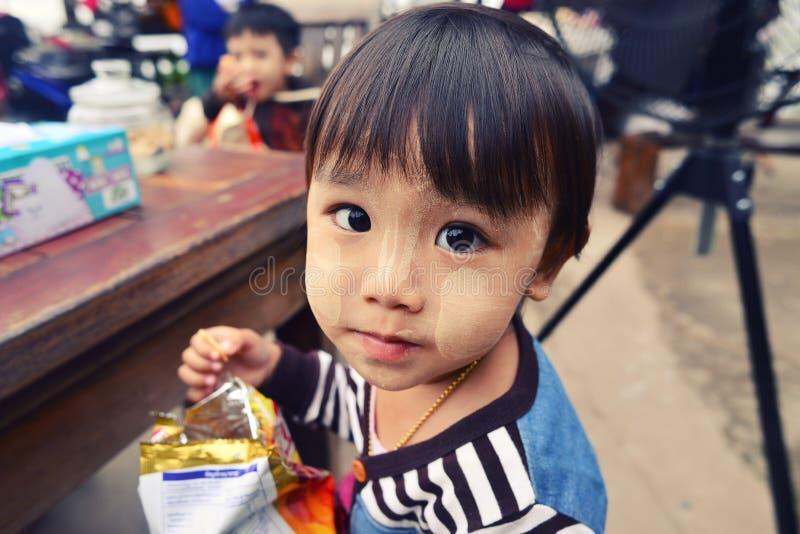 Birmanische Kinder, die mit Misstrauen schauen lizenzfreie stockbilder