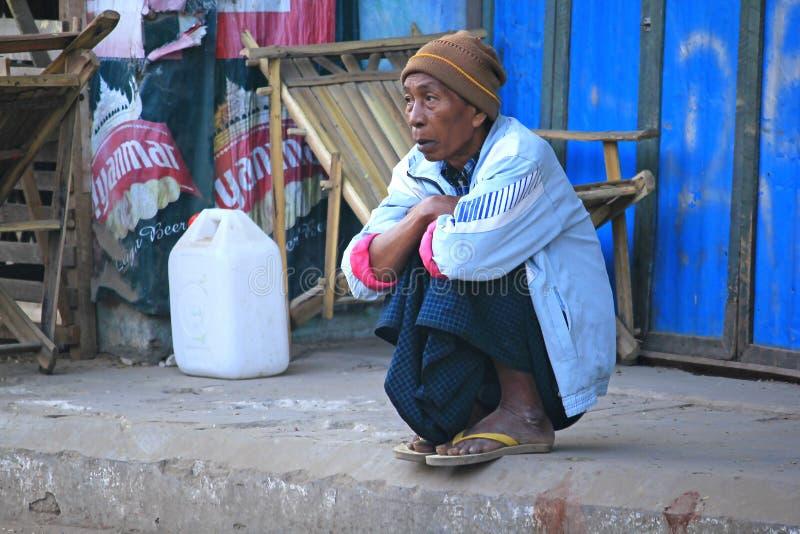 Birmanische Männer betrachten etwas stockfoto