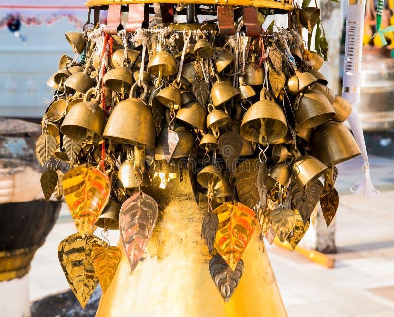 Birmanische Tempelglocken beeinflussen leicht in den Wind bei Shwedagon Paya p stockbilder