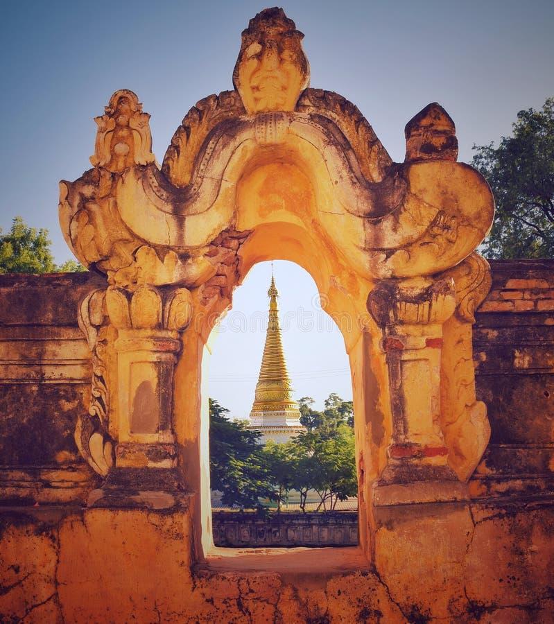 Birmanische Tempelpagode im Fensterrahmen stockfotografie