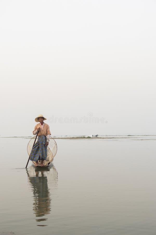 Birmanischer Fischer im Inle See, Birma stockbild