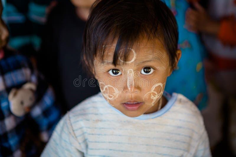 Birmanischer Junge mit traditionellem Thanaka stellen Farbendesignhaltungen für Porträt gegenüber lizenzfreie stockfotografie