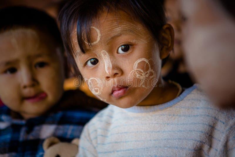 Birmanischer Junge mit traditionellem Thanaka stellen Farbendesignhaltungen für Porträt gegenüber lizenzfreies stockfoto
