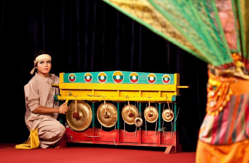 Birmanischer Musiker, der Klingeln spielt stockfotografie