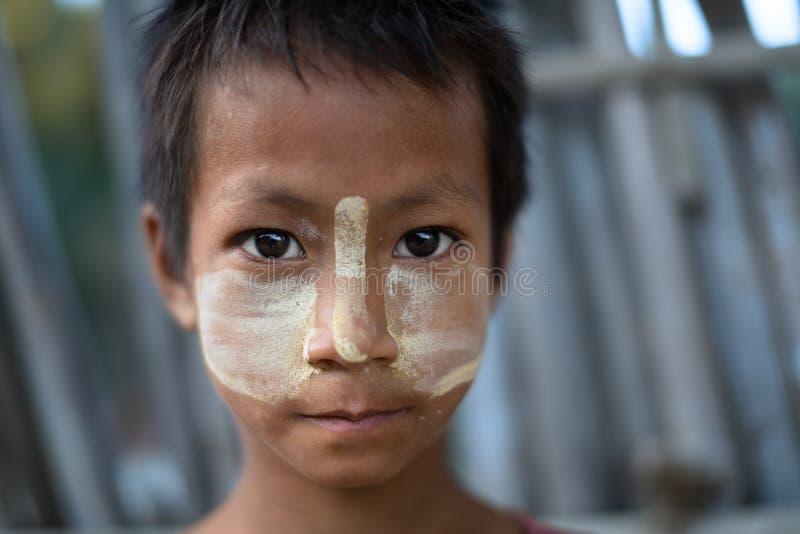 Birmanisches Kind mit traditionellem Thanaka stellen Farbenhaltungen für Porträt gegenüber lizenzfreie stockfotos