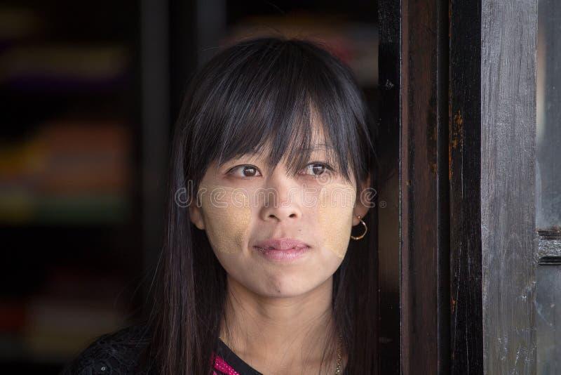 Birmanisches Mädchen des Porträts im lokalen Markt Inle See, Myanmar, Birma lizenzfreie stockbilder