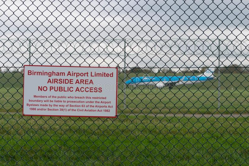 BIRMINGHAM INTERNATIONELL FLYGPLATS, BIRMINGHAM, FÖRENADE KUNGARIKET - OKTOBER 28, 2017: plan landning i flygfältet som förbi omg royaltyfri fotografi