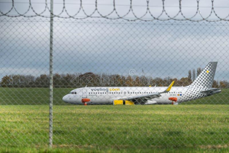 BIRMINGHAM INTERNATIONELL FLYGPLATS, BIRMINGHAM, FÖRENADE KUNGARIKET - OKTOBER 28, 2017: plan landning i flygfältet som förbi omg royaltyfria foton