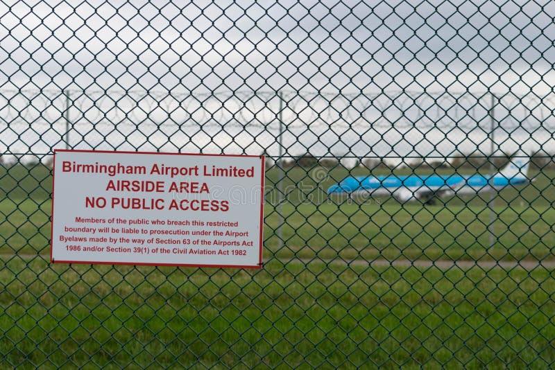 BIRMINGHAM INTERNATIONELL FLYGPLATS, BIRMINGHAM, FÖRENADE KUNGARIKET - OKTOBER 28, 2017: plan landning i flygfältet som förbi omg arkivfoto