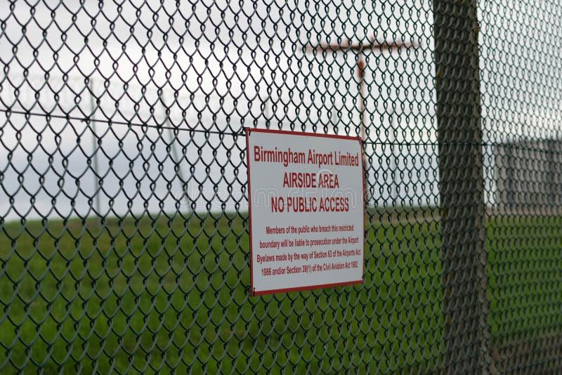 BIRMINGHAM INTERNATIONELL FLYGPLATS, BIRMINGHAM, FÖRENADE KUNGARIKET - OKTOBER 28, 2017: staket som sorrounding flygfältet med royaltyfria foton