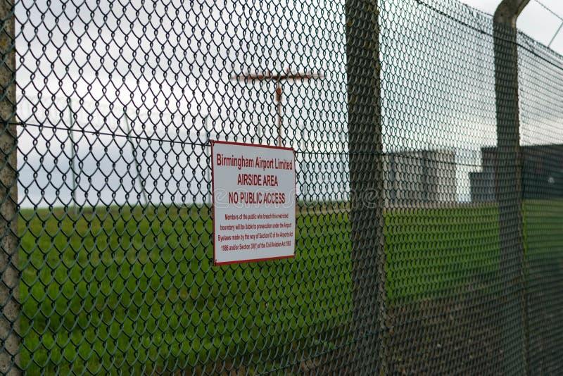 BIRMINGHAM INTERNATIONELL FLYGPLATS, BIRMINGHAM, FÖRENADE KUNGARIKET - OKTOBER 28, 2017: staket som sorrounding flygfältet med arkivfoto
