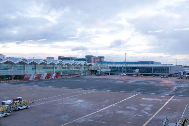 Birmingham Regno Unito - 03 03 19: Aeroplano dei portoni del catrame dell'aeroporto di Birmingham immagine stock libera da diritti