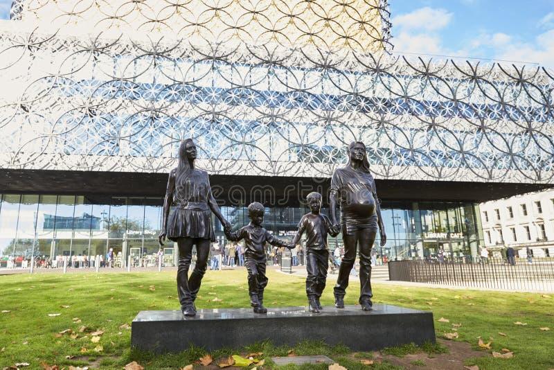 Birmingham, Reino Unido - 6 de novembro de 2016: Biblioteca de Gillian Wearing Statue Outside The de Birmingham fotos de stock