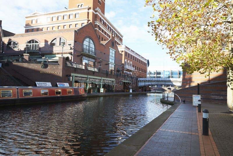 Birmingham, Reino Unido - 6 de novembro de 2016: Linha velha do canal de Birmingham que corre através da cidade fotografia de stock